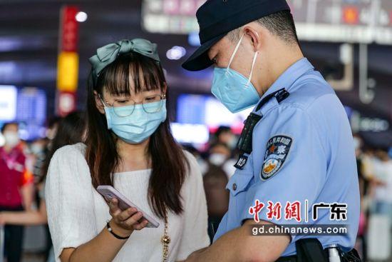 广州铁路警方指引旅客乘车。 作者 李婷(通讯员)