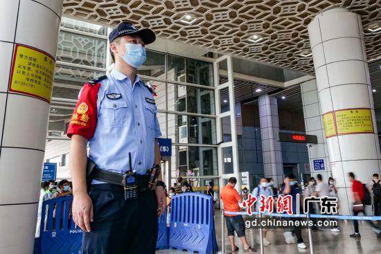 广州铁路警方在广州南站内执勤。 作者 李婷(通讯员)