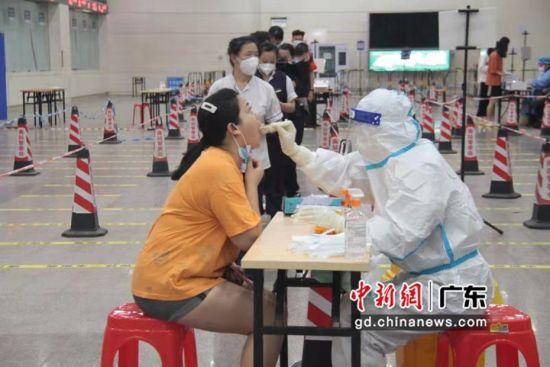 乘客进行核酸检测 作者 广州南站供图