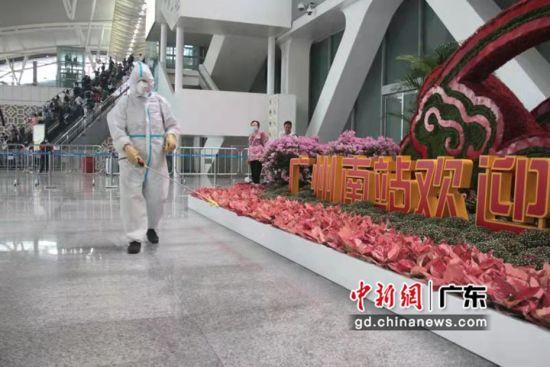 防疫人员在车站进行消杀工作 作者 广州南站供图
