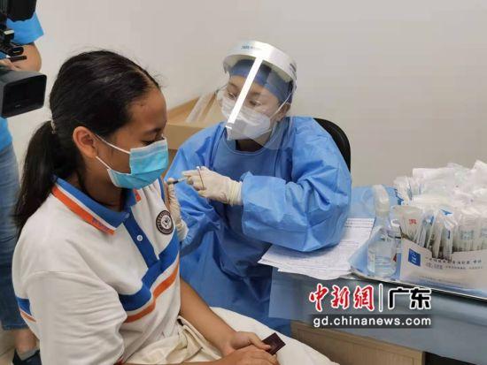 医护人员正在给外籍学生打新冠疫苗 作者 郭军