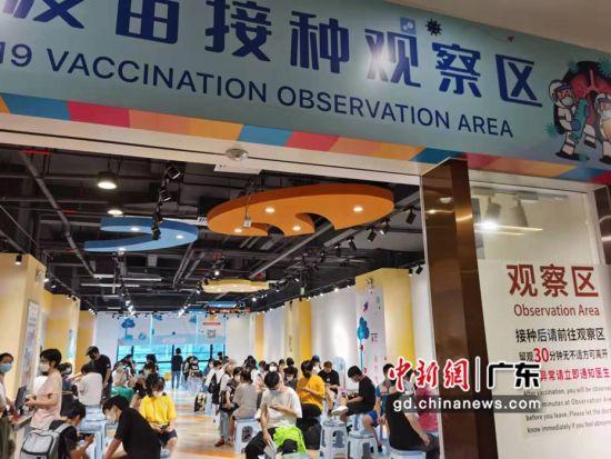 打完给疫苗的外籍在观察区等待 作者 郭军