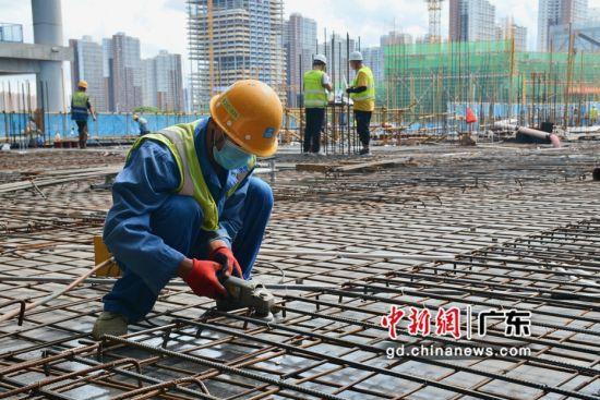 国庆节期间,由中建二局二公司承建的前海交易广场项目的建筑工人们全力保障项目建设快速推进。 (通讯员 罗嘉燃)
