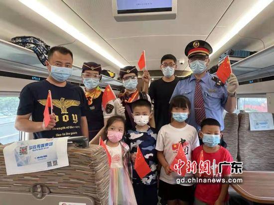 广州客运段动车三队61班值乘的C6975次列车上庆祝国庆节 作者 赵小艳