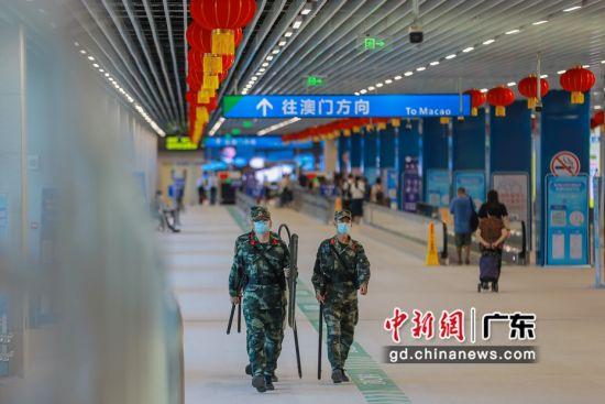 武警广东总队执勤第二支队官兵在青茂口岸任务区域徒步巡逻。