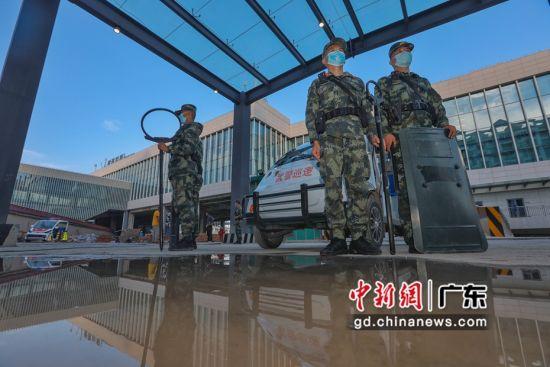 武警广东总队执勤第二支队官兵在青茂口岸进出口定点警戒。