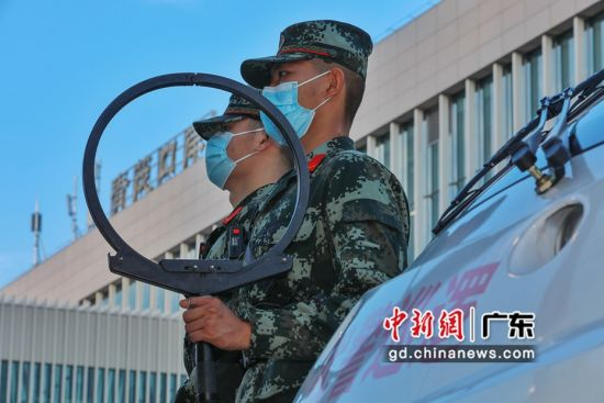图为武警广东总队执勤第二支队官兵在青茂口岸进出口定点警戒。