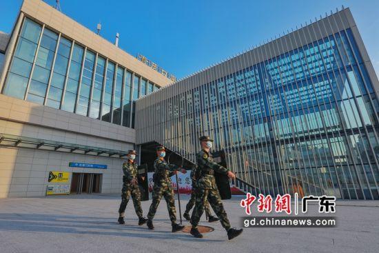 图为武警广东总队执勤第二支队官兵在青茂口岸进出口徒步巡逻。