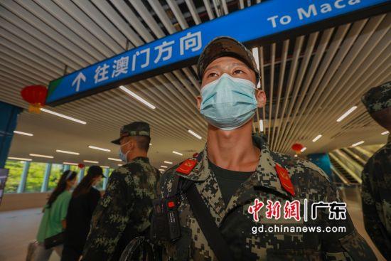 图为武警广东总队执勤第二支队官兵在青茂口岸重点部位定点警戒。