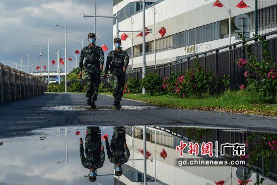图为武警广东总队执勤第二支队官兵在粤澳边界徒步巡逻。