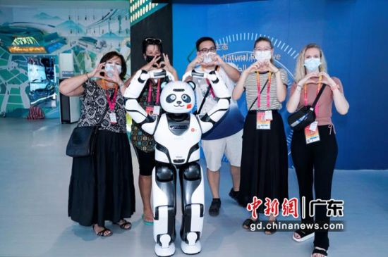 观众和熊猫机器人优悠合影。钟欣 摄