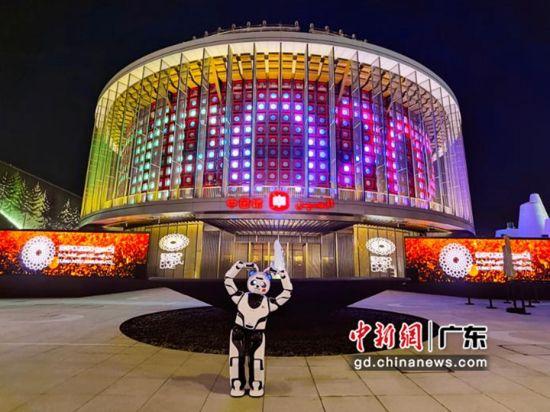 熊猫机器人优悠在中国馆前留念。钟欣 摄