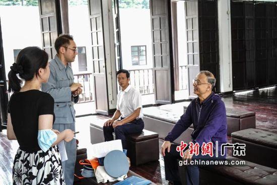 陈毅安后人陈正烈将军与微剧主创人员交流。通讯员 供图
