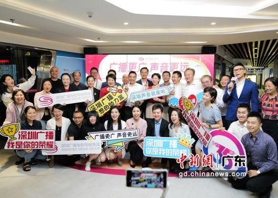 图为深圳广电集团编辑记者共庆广播开播35周年生日。陈文 摄