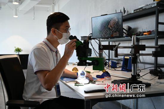 图为广东省网络安全应急响应中心的工作人员在检查芯片漏洞。陈楚红 摄