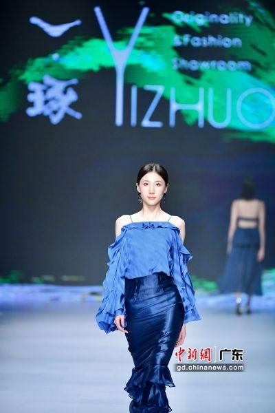 """图为模特展示品牌""""一琢YIZHUO""""设计师作品。陈文 摄"""
