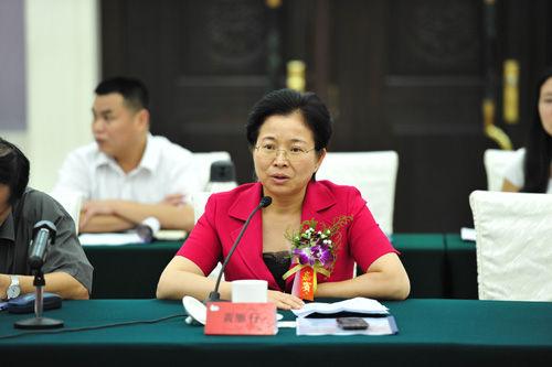 惠州市委常委、宣传部长黄雁行在座谈会上发言