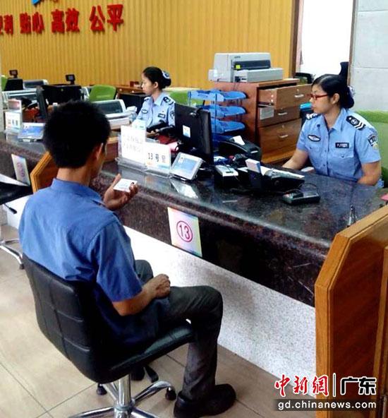 """江门市""""一门式""""行政服务中心户政窗口简化办理流程。李健群 摄"""