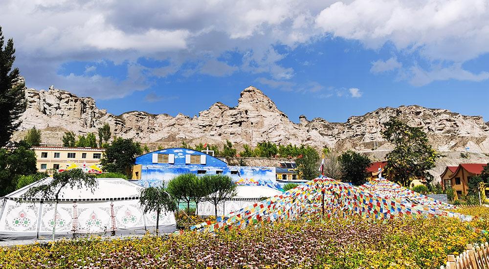 张掖赛罕塔拉草原山脚下的裕固族风情小镇