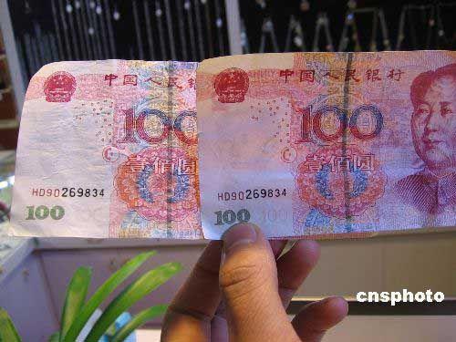 """1月9日,广西南宁市步行街""""伊频道""""商场内,一店主展示收到的"""""""