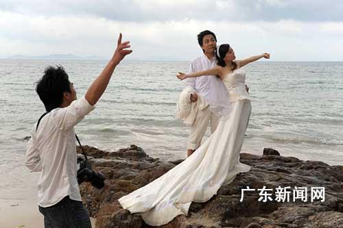深圳新娘新郎扎堆海滩拍摄婚纱照