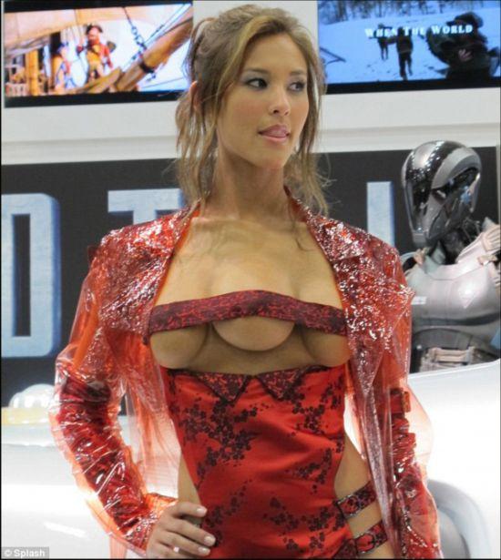 奇闻异事!竟然有长着三个乳房的美女模特图