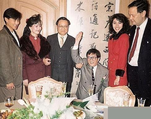 """杨幂 林燕妮/88年除夕夜,黄霑找来金庸证婚,""""迎娶""""林燕妮。"""