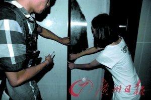 电梯/在大楼负一层,人们就是在这扇电梯门内发现受伤女童的。