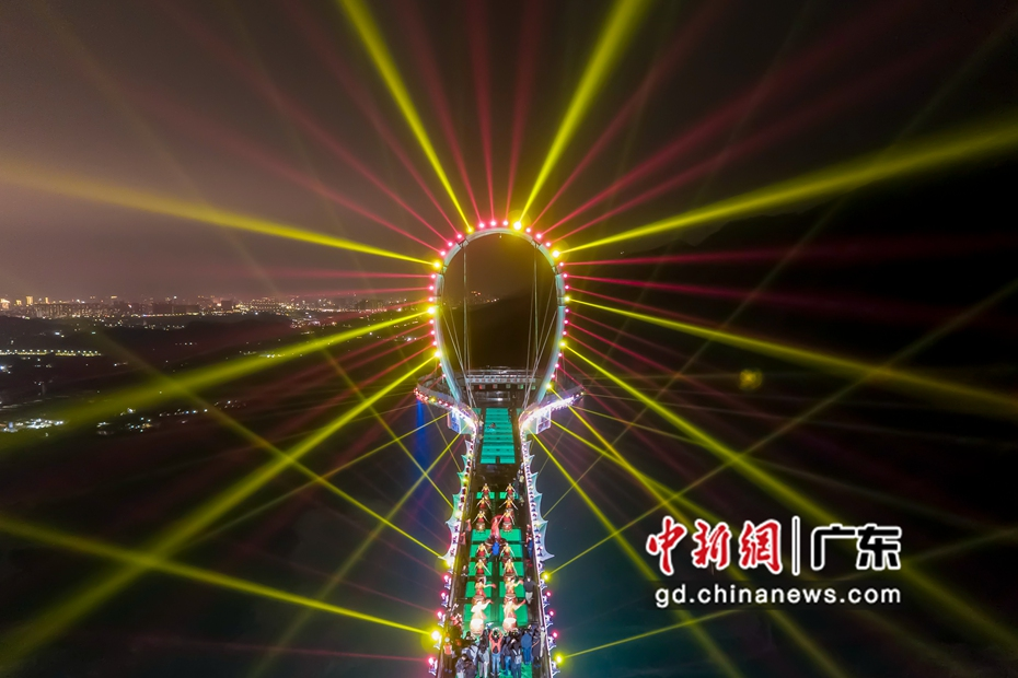 """鼓手(shou)500米高空(kong)玻璃懸廊上演(yan)""""擊鼓迎春(chun)"""""""