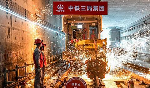 6月(yue)5日,�V州(zhou)地�F二十一��後通段(duan)(�T村至(zhi)���西)�道工程�利完成最後一��(ge)接(jie)�^焊接(jie),���F全(quan)��L��通。